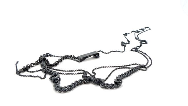 Sort halskæde med kæder