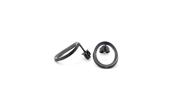 Sorte små ovale øreringe