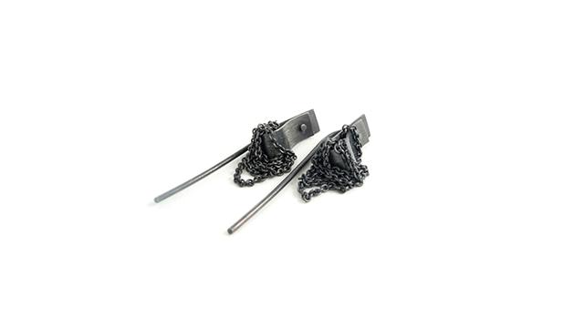 Øreringe med nitte og kæde