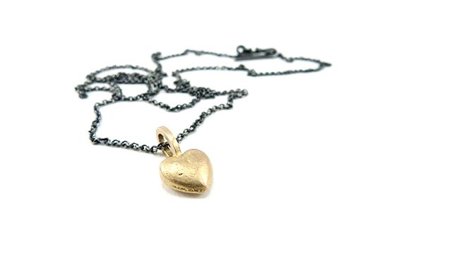 Sandstøbt guldhjerte i sort sølvkæde