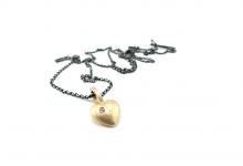 Sandstøbt guldhjerte med brillant i sølvkæde