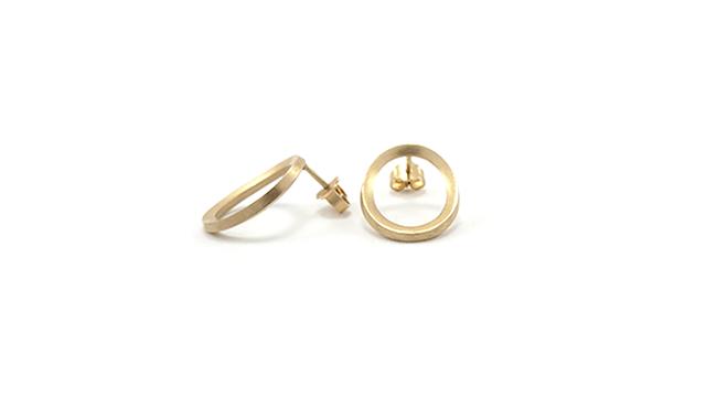 7184ff952e0 Små ovale guldøreringe. 18 karat guld. Karina Bach-Lauritsen.